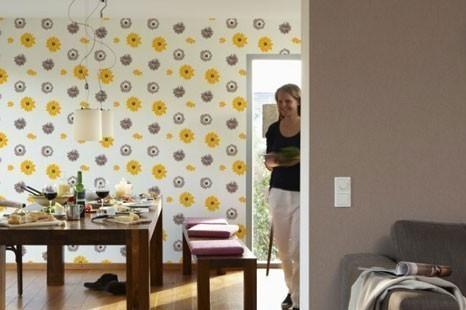 Baune Tapeten in Kombination mit farbenfrohen Mustern